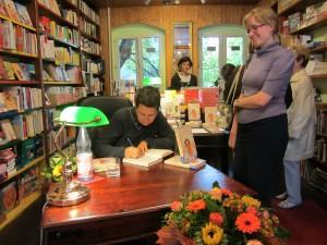 Bücher signieren nach der Lesung